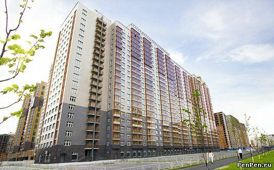 Дом с оранжевыми балконами